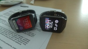 Kairėje Gear 2, dešinėje Gear Neo